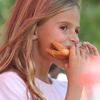 Dziewczynka z kanapką