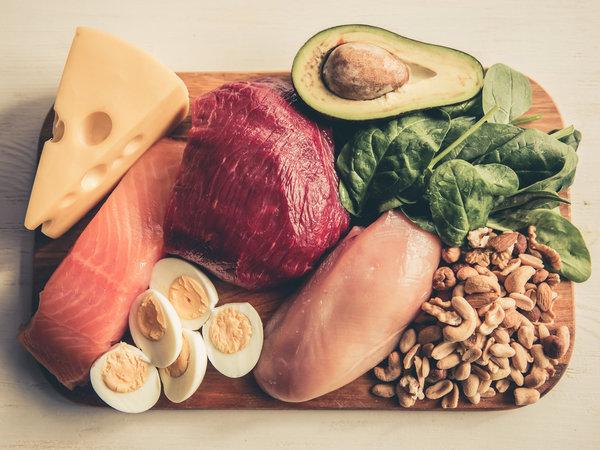 Dieta ketogenna, mięso, jaja, ser, orzechy, awokado